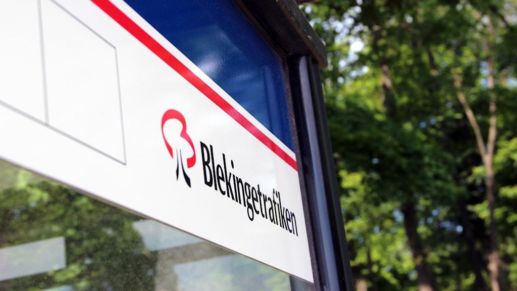 Blekingetrafikens logga på en busskur.