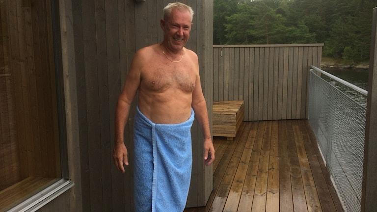 Man i blå badhandduk