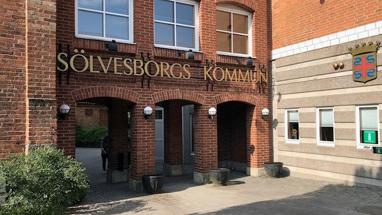 Entrén till Sölvesborgs kommunhus.