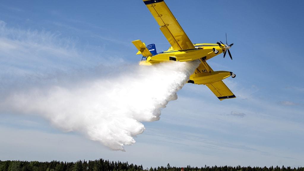 Uppvisning av Sveriges nya brandbekämpningsflygplan som skall kunna vattenbomba mark vid t ex skogsbränder. Foto: Pontus Lundahl / TT
