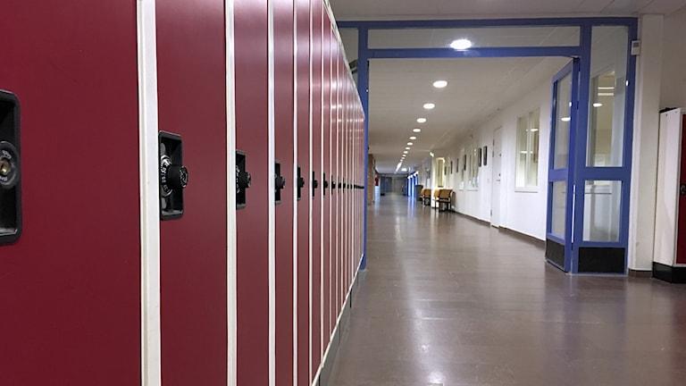Korridor i en skola med skåp till vänster.