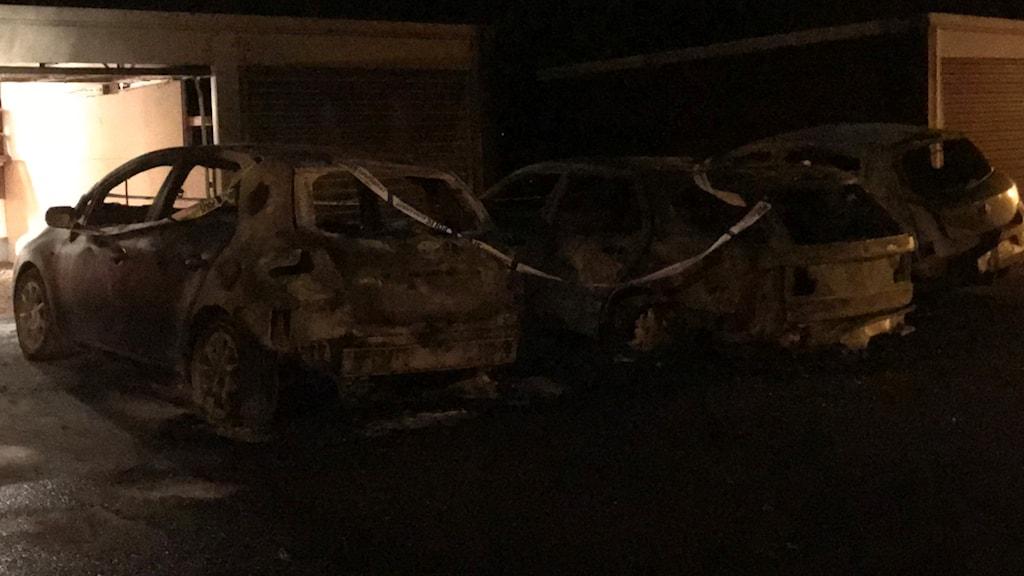 Tre bilar som det har brunnit i.
