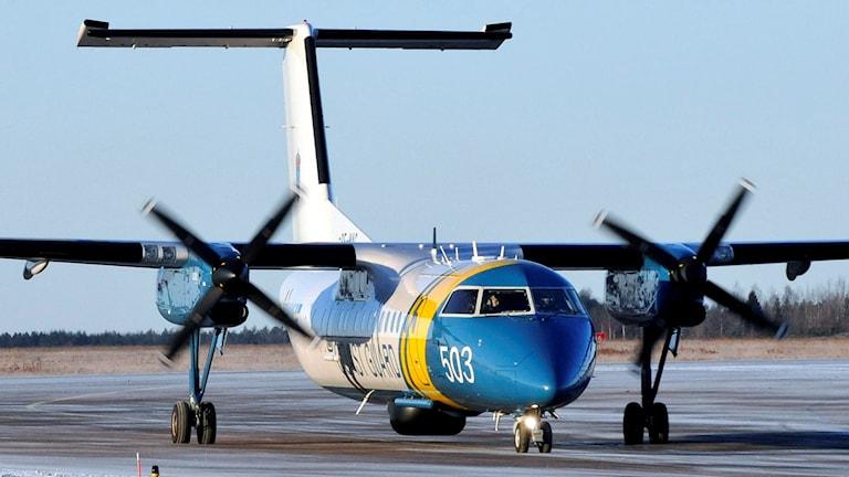 Kustbevakningens flygplan på marken.