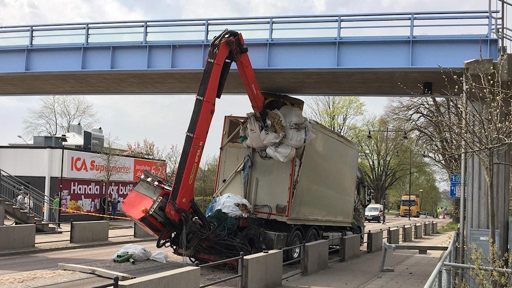 Bil med kran som kört in i en bro