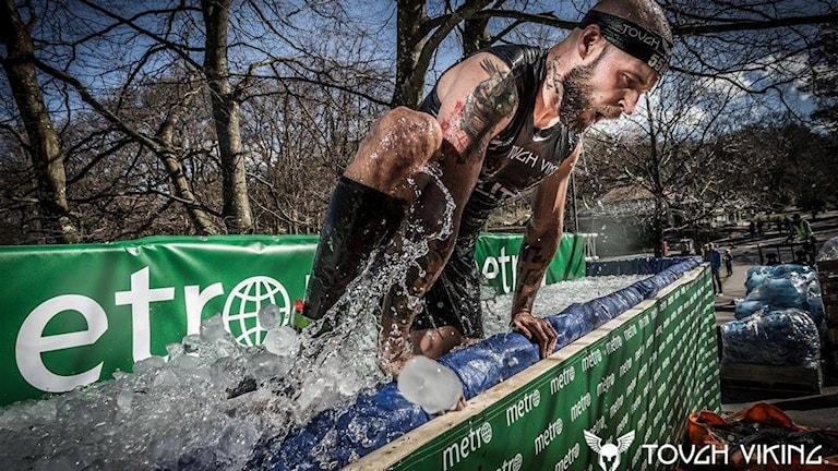 Peter Autio tar sig upp ur is i tävlingen Tough Viking.