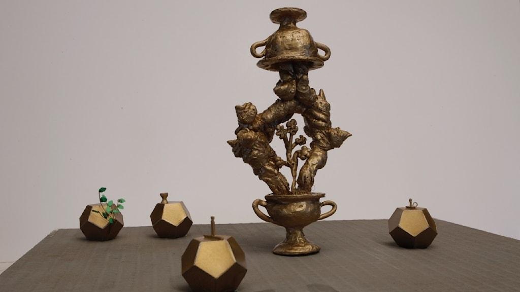 Ett abstrakt konstverk i brons.