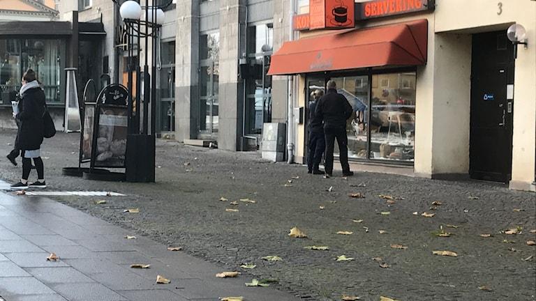 Ett polisband som markerar avspärrning utanför Lennarts.