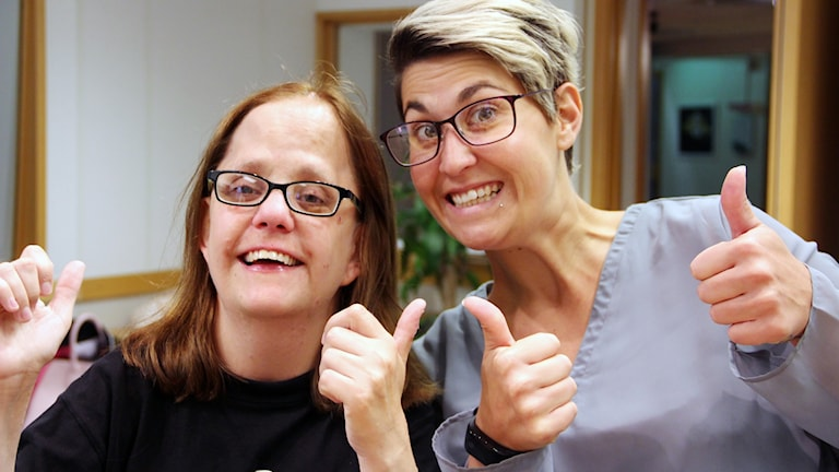 Laila De Bie och Madeleine Andersson gör tummen upp i studion.