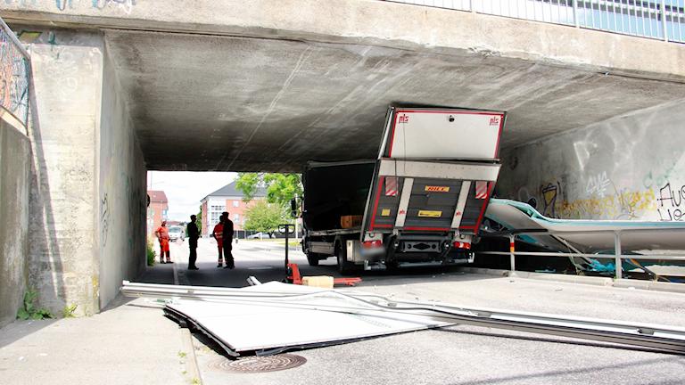 Vid tiotiden på torsdagsförmiddagen fastnade en lastbil i viadukten på Blåportsgatan under Sunnavägen i Karlskrona