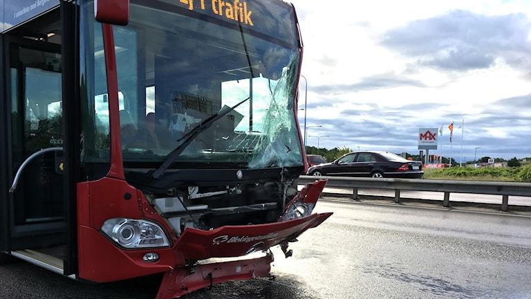 Fronten på en buss som har krockat.