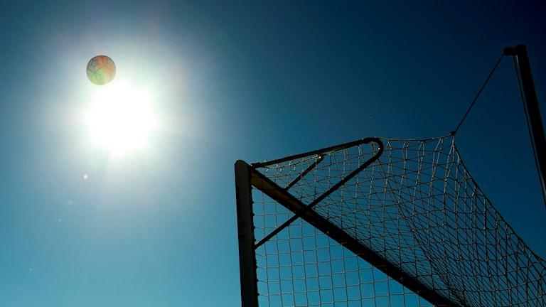 En boll ovanför ett fotbollsmål