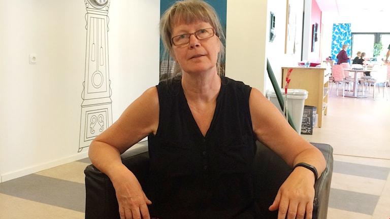 En bild på Annette Hansson som sitter i en stol.