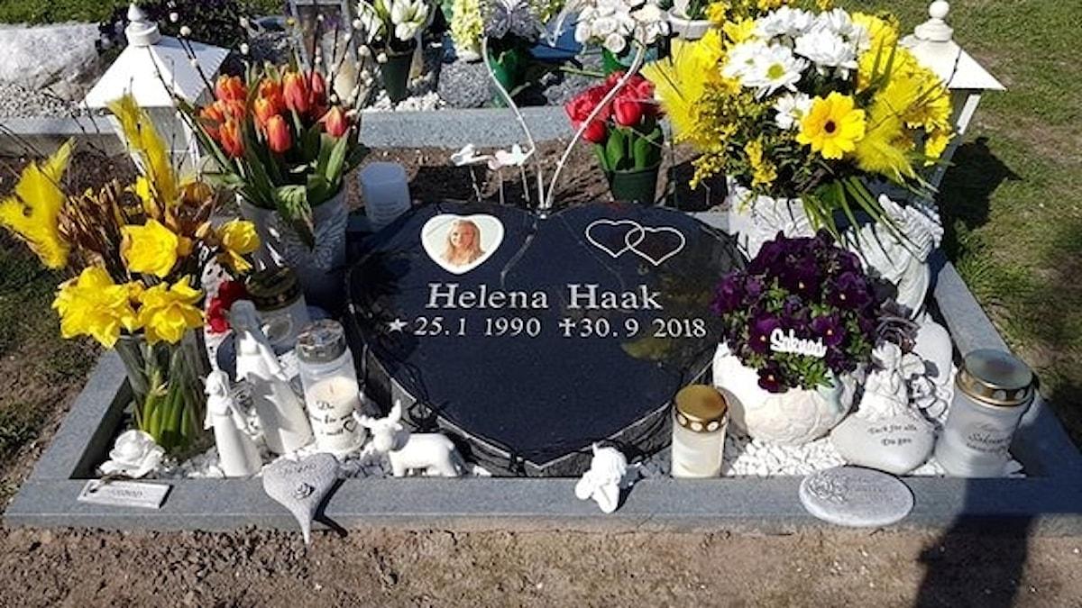 Ett blomsterarrangemang från Helena Haaks grav stals och hamnade på en babyshower.