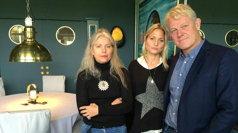 Konstnärerna Malena Olsson, Therese Norling och hotellets ägare Mikael Holgersson.