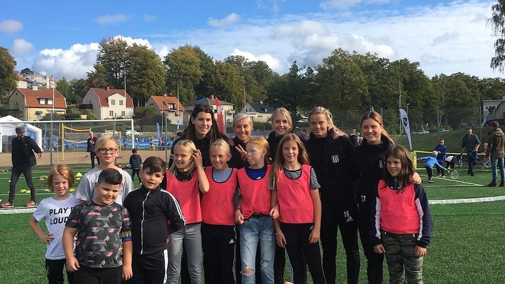 Flera ungdomar står uppställda på Idrottens dag i Karlshamn