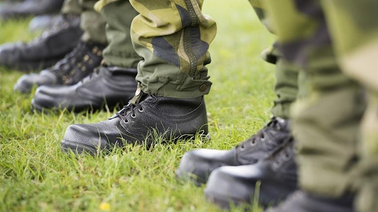 Kängbeklädda fötter på en rad svenska soldater.