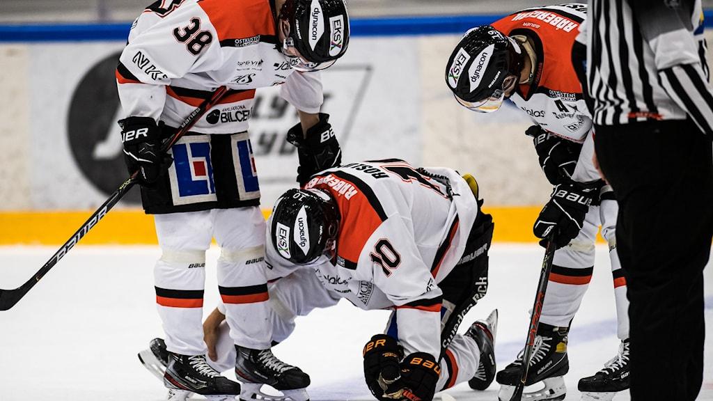 Pontus Englund, Mikael Roslund och Axel Lindström i KHK på isen.