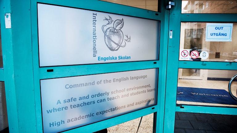 En dörr i turkost till Engelska skolan.