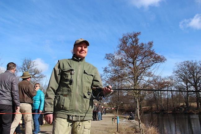 94-årige Olle Borgencrona står med fiskespö vid sin 76:e laxfiskepremiär i Mörrum.