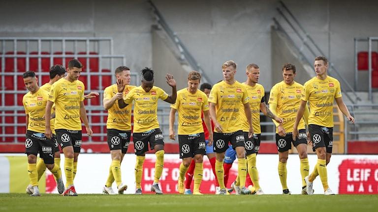 Mjällbys Mamudu Moro jublar med lagkamraterna efter sitt 0-1-mål under torsdagens fotbollsmatch i allsvenskan mellan Helsingborgs IF och Mjällby AIF på Olympia.