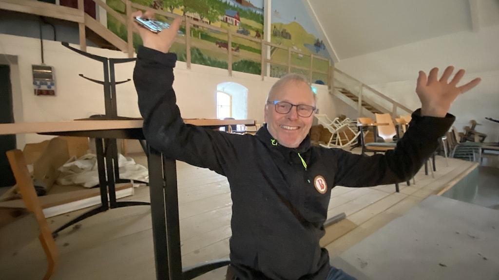 Per Brunberg lyfter händerna mot taket i sin teaterlada.