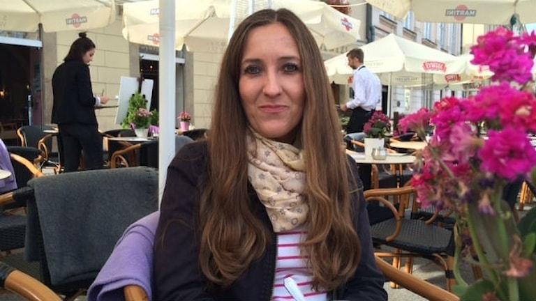 Basia Oskwarek sitter på ett café i Krakow.