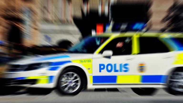 En polisbil under utryckning.