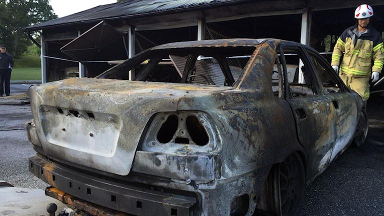 Baksidan av en utbränd bil.