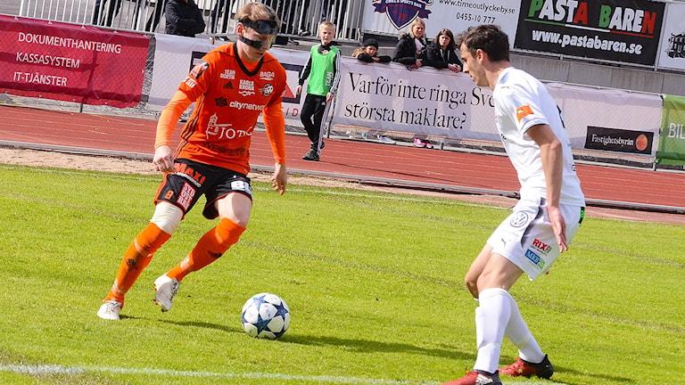 Anton Dahlström från FK Karlskrona försöker gå förbi en motståndarback. Foto: Torbjörn Sunesson.