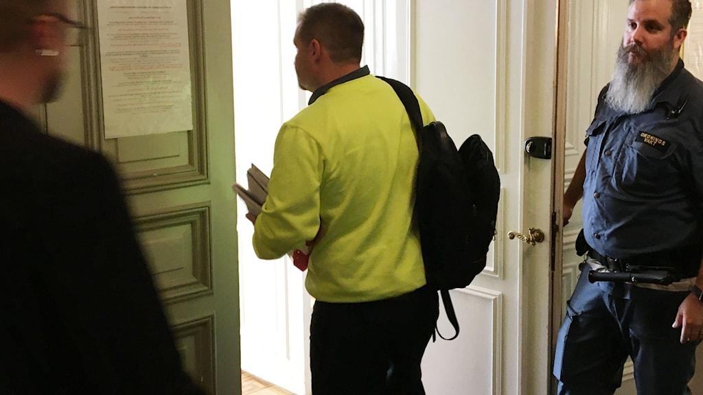 Herman Afzelius på väg in i rättssalen.