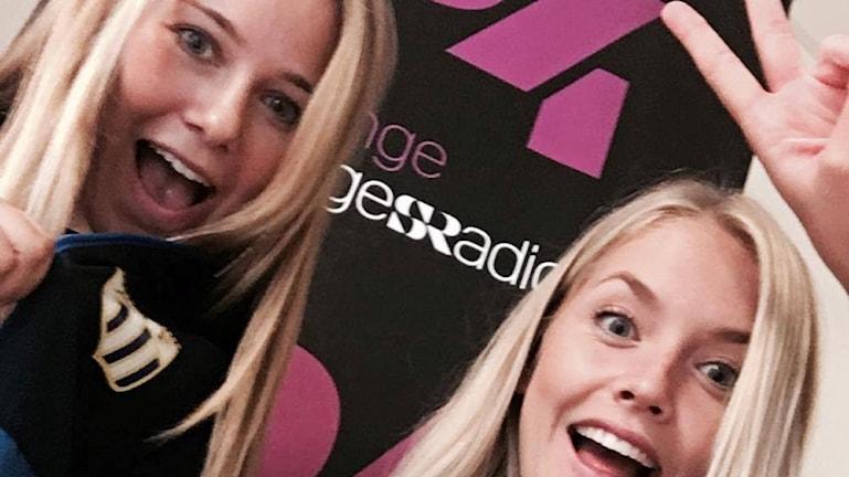 Elinor Månsson och Maja Ericsson från  Asarums IF framför en P4 Blekinge-logga.