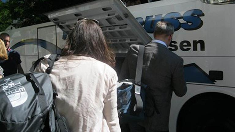 Passagerare lastar in i en flygbuss i Blekinge.