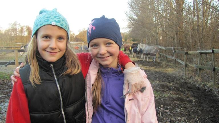 Ebba Rosenberg och Jonna Cervallius framför en hage
