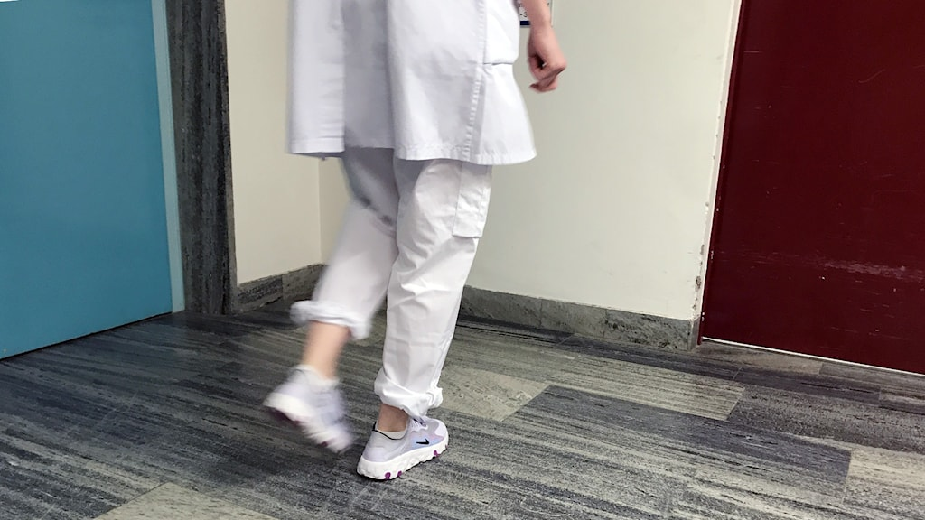 En genrebild på en läkare som går i en korridor.
