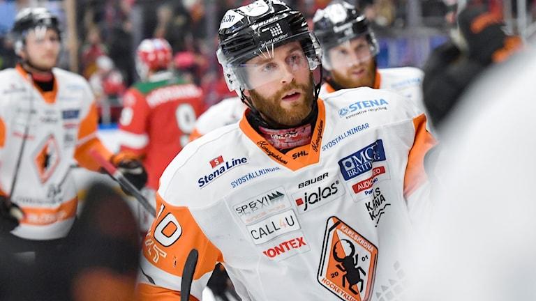 Karlskronas Mattias Guter efter att ha kvitterat till 1-1 under torsdagens ishockeymatch i SHL mellan Mora IK och Karlskrona HK i Jalas Arena. Foto: Nisse Schmidt/TT