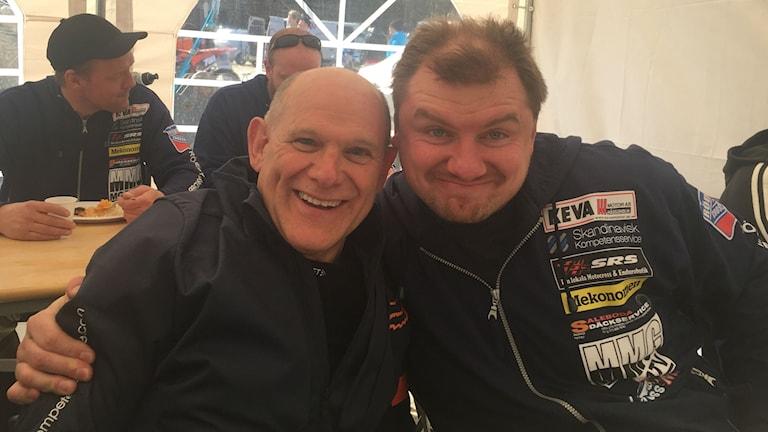 Johnny Gustafsson, 65 år och kompisen Mikael Wichlaj äter lunch i ett tält.