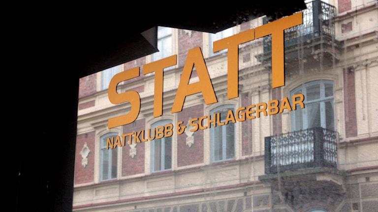 Statts gula logga på ett fönster