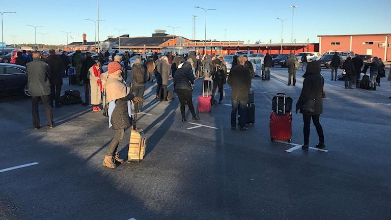 Folk utanför Ronneby flygplats.