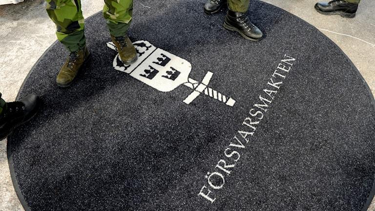 En matta där det står försvarsmakten på.