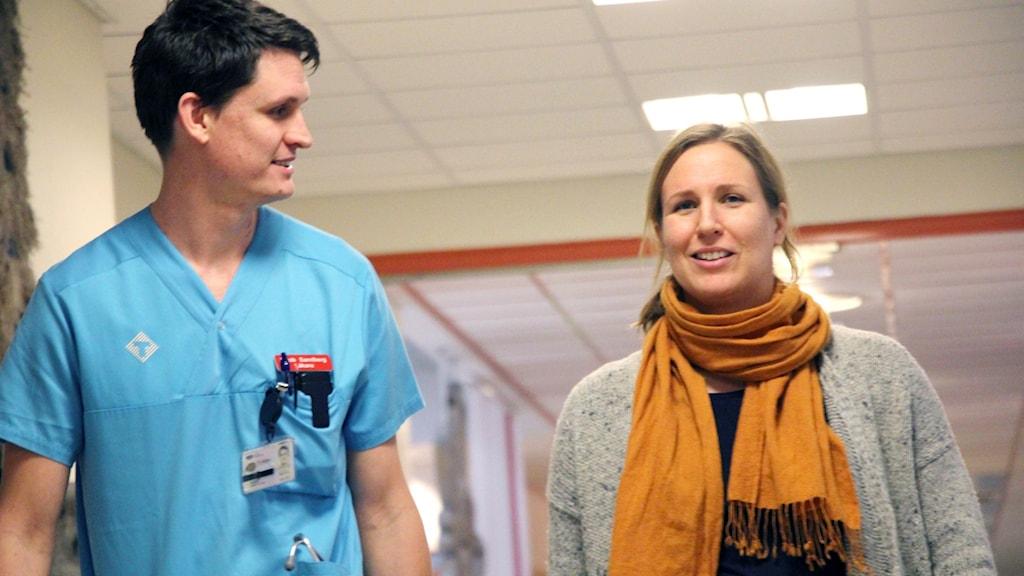 Jacob Sandberg, ST-läkare på Jämjö vårdcentral och Julia Cederlund, ST-läkare på Kallinge vårdcentral går tillsammans i en korridor på sjukhuset.
