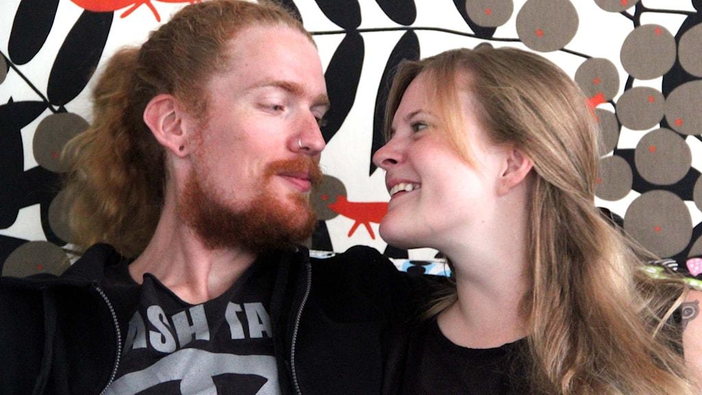 Johan Ekwall och Estela Heise tittar på varandra.