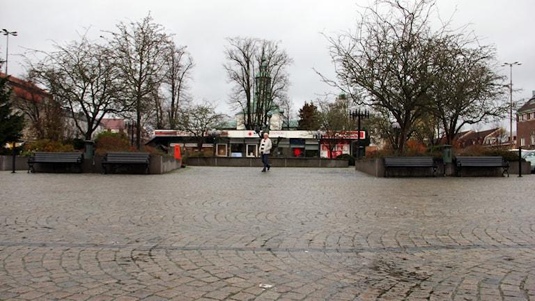 En höstig bild på torget i Karlshamn.