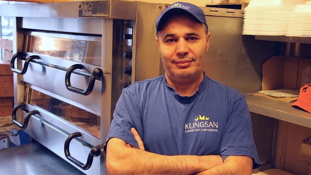 Serbast Rashid framför sina pizzaugnar.