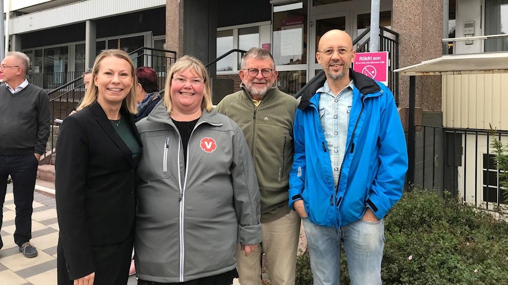 Fyra politiker utanför kommunhuset i Olofström.