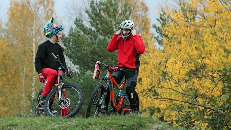Daniel Johansson och Emil Mattsson gör sig redo för att cykla downhill.