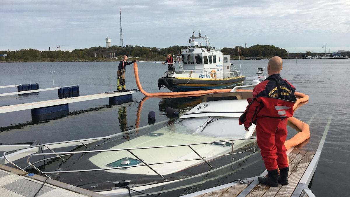 Fritidsbåt på väg att sjunka i gästhamnen i Karlskrona.