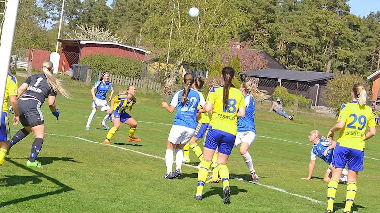 Flickor som spelar fotboll