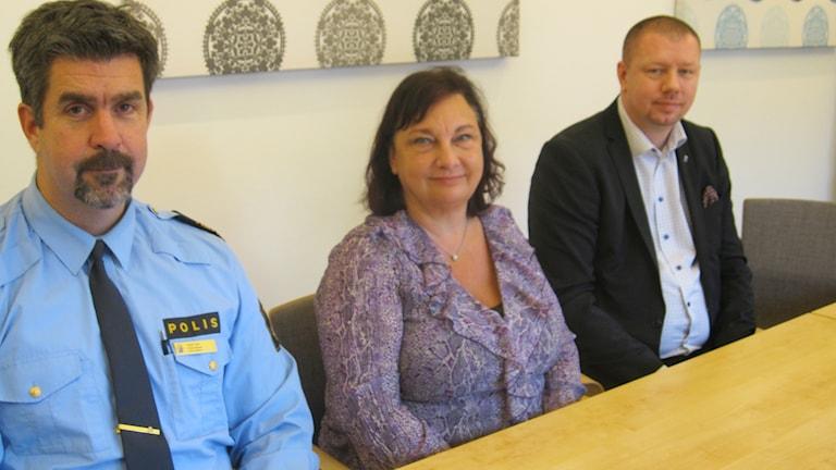 Polisområdeschef i sydöstra Götaland Patrik Oldin, Annika Stenberg, polischef för Region Syd och kommunalrådet Roger Fredriksson (M) sitter vid ett stort brod i en sammanträdeslokal