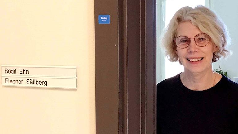 Bodil Ehn, överläkare på mödrahälsovården i Blekinge tittar ut genom sin kontorsdörr.