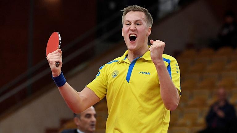 Mattias Karlsson jublar efter vinsten.